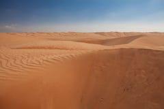 美丽的沙丘在阿曼沙漠,有作为backgroun的深蓝天空的 库存照片