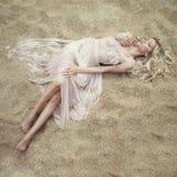 美丽的沙子妇女 免版税库存照片