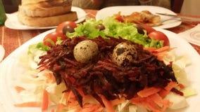美丽的沙拉用小鸡蛋 免版税库存照片