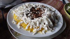 美丽的沙拉用小鸡蛋 免版税库存图片