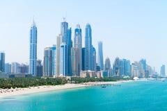 美丽的沙滩和现代大城市地平线 免版税库存图片