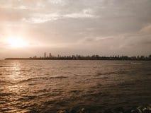 美丽的河和曼哈顿天际的 库存图片