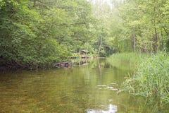 美丽的河在河岸附近的一个森林Summerhouse里 免版税库存图片