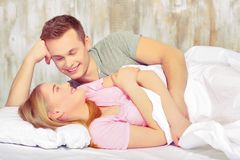 美丽的河床夫妇年轻人 免版税库存图片