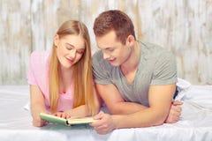 美丽的河床夫妇年轻人 免版税图库摄影