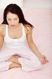 美丽的河床实践的女子瑜伽 免版税库存图片