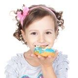美丽的油炸圈饼女孩一点在白色 免版税库存照片