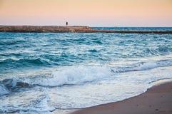 美丽的沿海和一个人的孤独姿态距离的 库存照片