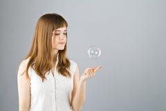 美丽的泡影抓住女孩肥皂年轻人 免版税库存照片