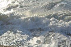 美丽的波浪在海滩到达 免版税库存照片