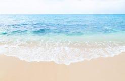 美丽的波浪接触沙子海滩宫古海岛,冲绳岛,日本 免版税库存照片