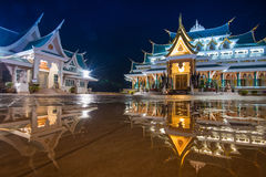 美丽的泰国寺庙在晚上 免版税图库摄影