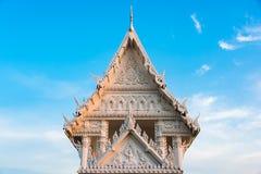 美丽的泰国白色寺庙屋顶在泰国 图库摄影