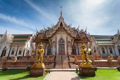 美丽的泰国龙玻璃的寺庙 免版税图库摄影