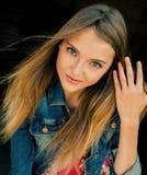 美丽的流的女孩头发纵向 图库摄影