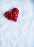 美丽的浪漫在白色雪冬天背景的葡萄酒红色心脏 爱和圣情人节概念 库存图片