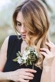 美丽的浪漫夫人画象苹果树的开花 免版税库存图片