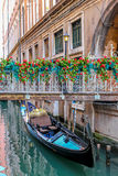 美丽的浪漫威尼斯式长平底船 库存图片