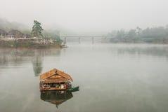 美丽的浮动房子在Sangklaburi的河在Kanc 免版税图库摄影