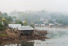 美丽的浮动房子在Sangklaburi的河在Kanc 图库摄影