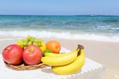 美丽的海和新鲜水果 免版税库存图片