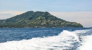 美丽的海和波浪在巴厘岛,印度尼西亚 免版税库存图片