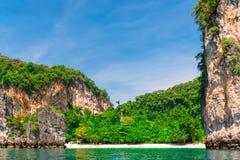 美丽的海岛在热带纬度 免版税库存图片