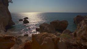 美丽的海岩石风景 海洋,在水的太阳的光芒,岩石在水中 股票视频