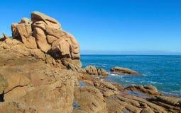 美丽的海岸岩石海运 免版税库存照片