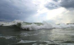 美丽的海波浪。阳光。越南。 免版税库存照片