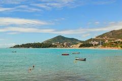 美丽的海海湾在夏天 没有人的小船水的亚得里亚海 黑山 库存照片