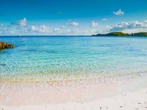 美丽的海海滩早晨用蓝天和透明的水 免版税库存照片