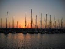 美丽的海游艇小游艇船坞在晚上 免版税库存图片