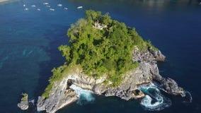 美丽的海湾和热带绿色海岛鸟瞰图用海洋天蓝色的水  股票视频