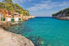 美丽的海湾海滩绿松石海水 马略卡海岛 库存照片