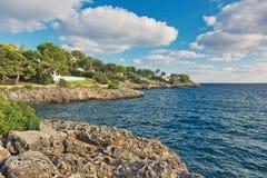 美丽的海湾海滩绿松石海水 马略卡海岛 免版税库存照片