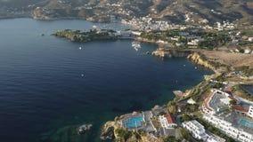 美丽的海湾空中寄生虫英尺长度与位于小山的旅馆的由海 股票视频