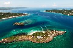 美丽的海湾鸟瞰图在有非常白色的热带海岛 库存照片