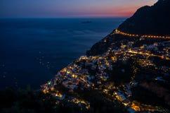 美丽的海滨城镇-波西塔诺阿马尔菲海岸在日落期间的意大利,波西塔诺,意大利全景  库存照片
