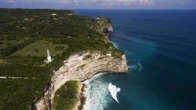 美丽的海滨空中寄生虫照片与巴厘语海岸灯塔的在峭壁边缘 图库摄影