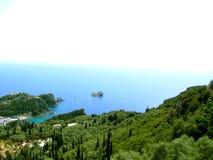 美丽的海滩和小船在Paleokastritsa,科孚岛海岛,希腊 免版税图库摄影