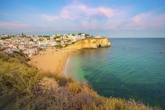 美丽的海滩和峭壁在Carvoeiro,葡萄牙 库存图片