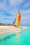 美丽的海滩巴拉德罗角在有一条五颜六色的风船的古巴 库存照片