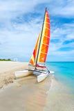 美丽的海滩巴拉德罗角在有一条五颜六色的风船的古巴 免版税库存图片