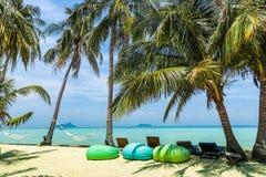 美丽的海滩惊人的看法与棕榈树,扶手椅子梨的, 免版税库存图片