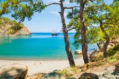 美丽的海滩用在凯梅尔,土耳其附近的绿松石水 库存图片