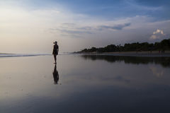 美丽的海滩的妇女 免版税库存图片