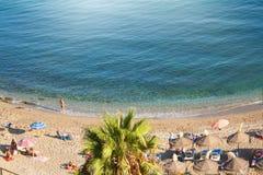 美丽的海滩的看法与人的从上面 免版税库存照片