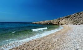 美丽的海滩看法与岩石峭壁的 库存照片
