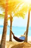美丽的海滩 在两棵棕榈树之间的吊床在海滩 假日和假期概念 热带的海滩 美好的热带isl 免版税库存图片
